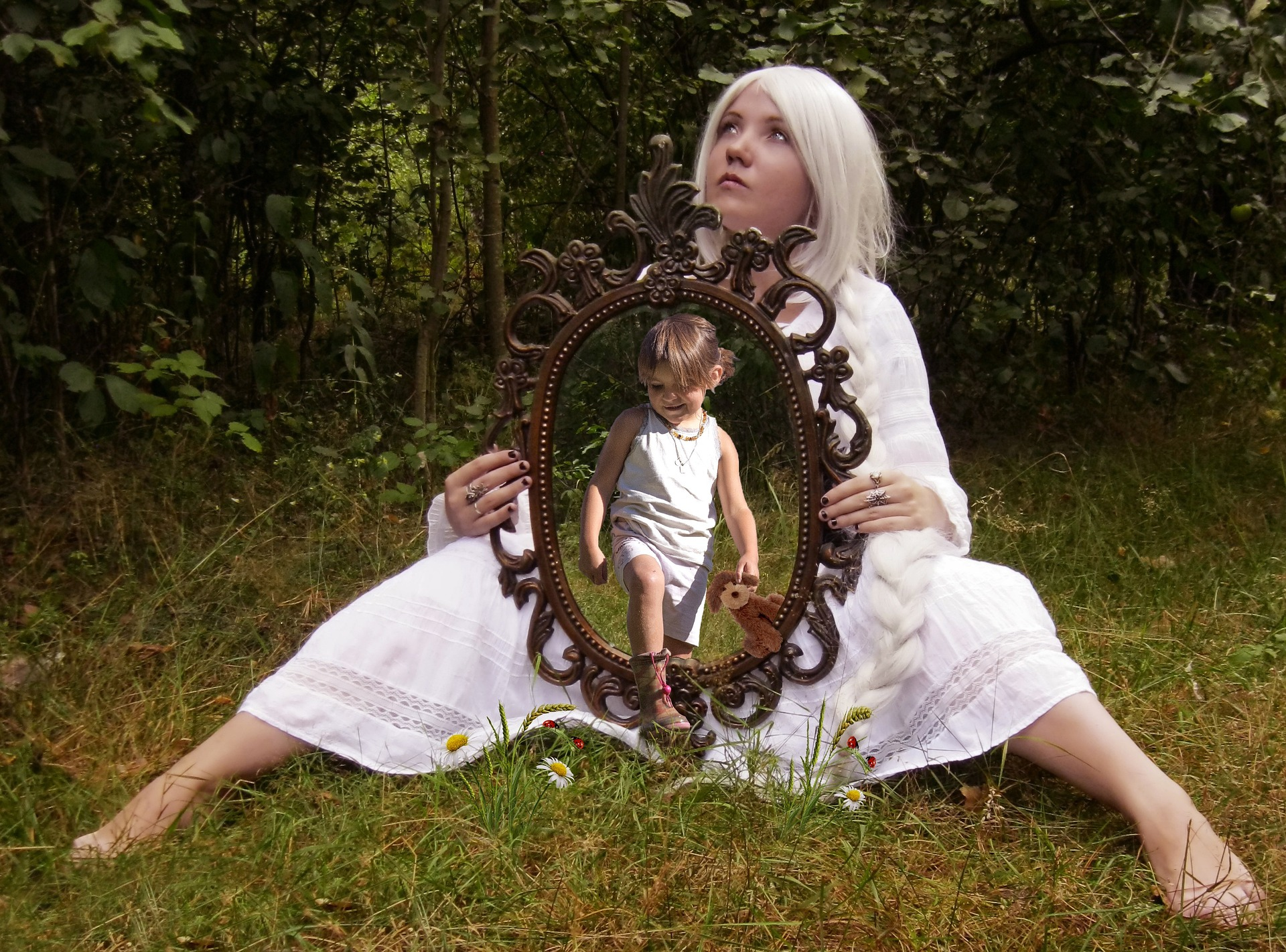 woman_child_mirror